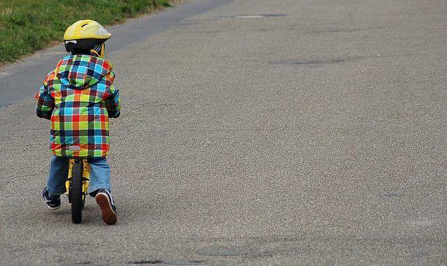 kind lernt laufrad fahren